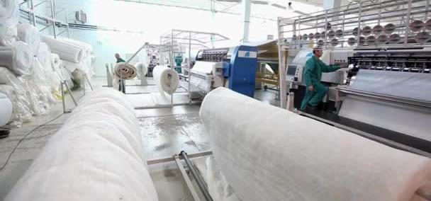 Interior de uma fábrica, que visar ser destaque de crescimento da indústria têxtil.