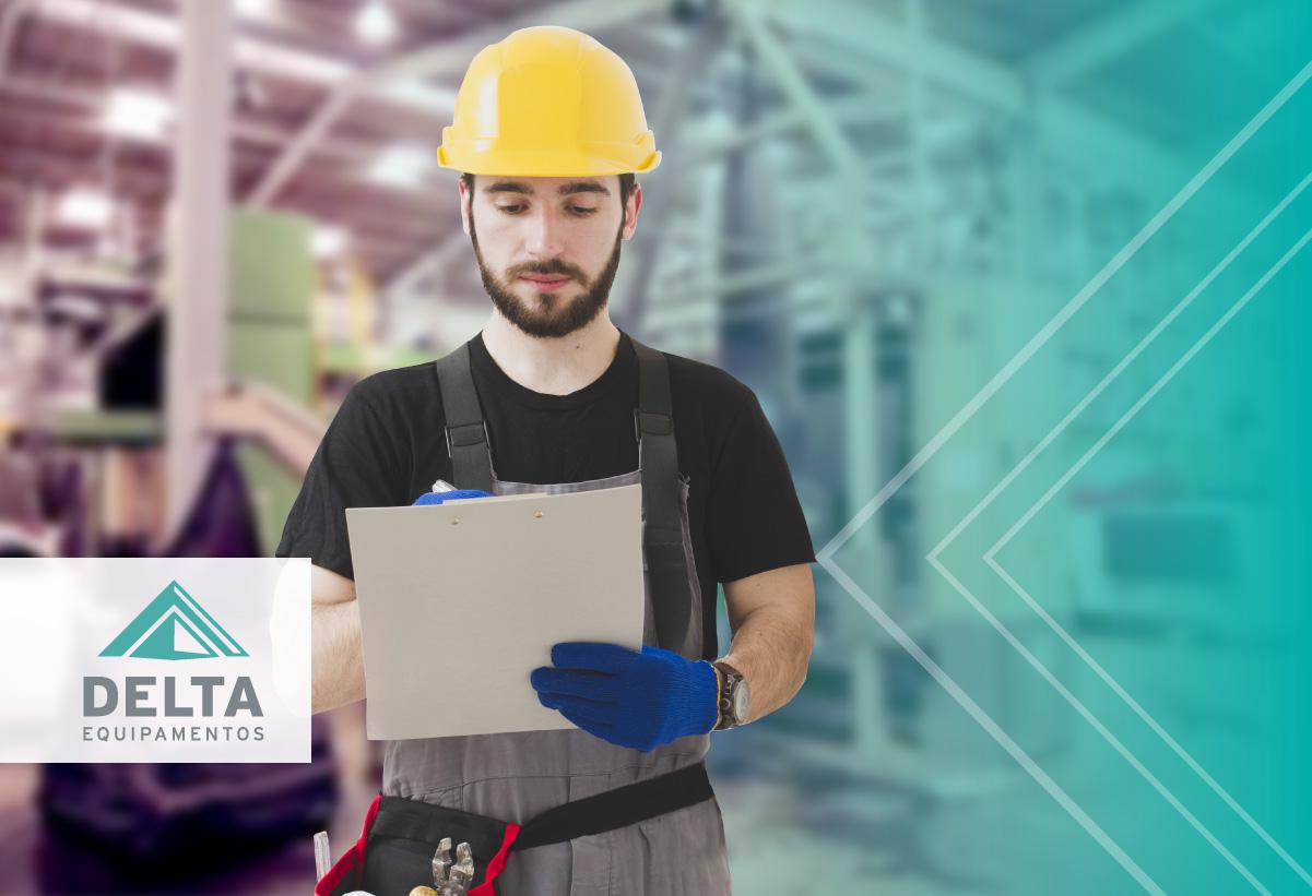 Engenheiro avaliando a planilha de planejamento de manutenção industrial têxtil.
