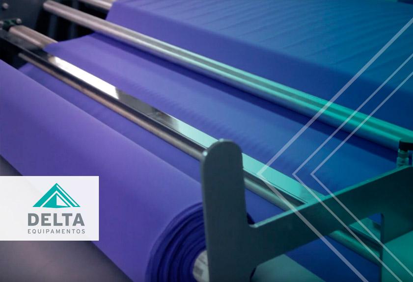 Interior de uma confecção têxtil, durante o processo de preparação de malhas.