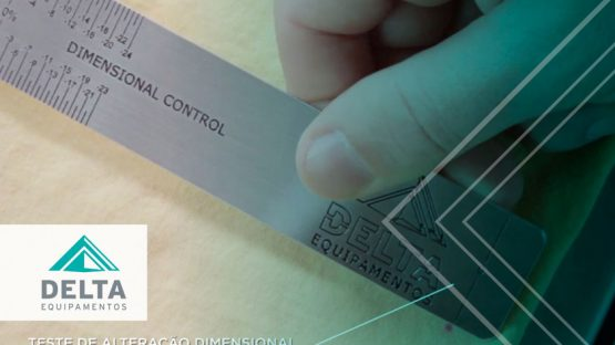 La mano de una persona realizando la prueba de las marcaciones en la tela con una regla. La escena es parte del control de calidad en la confección realizado con la lavadora de muestras de Delta.