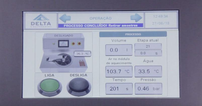 Painel da lavadora de amostras Delta exibindo dados, é um exemplo de equipamento para ter um controle de qualidade na confecção moderno e efetivo.