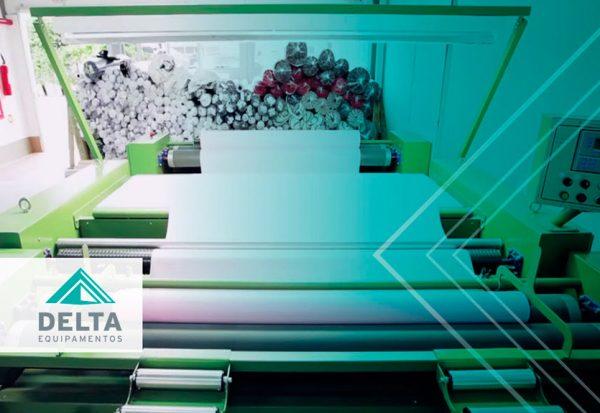 Na imagem é possível ver maquinário têxtil trabalhando para manter a produtividade têxtil.