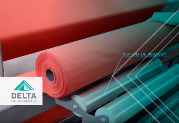 Rollo de tela siendo revisado en una revisadora automática, para evitar cualquier perjuicio al realizar una inspección de calidad deficiente.