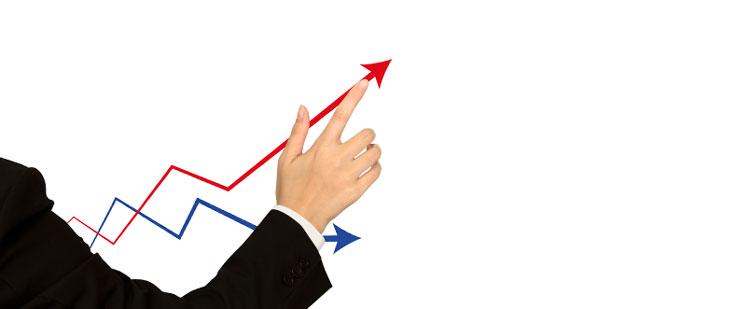 Hombre señalando el crecimiento positivo de la producción, después de la inversión en sostenibilidad en la confección