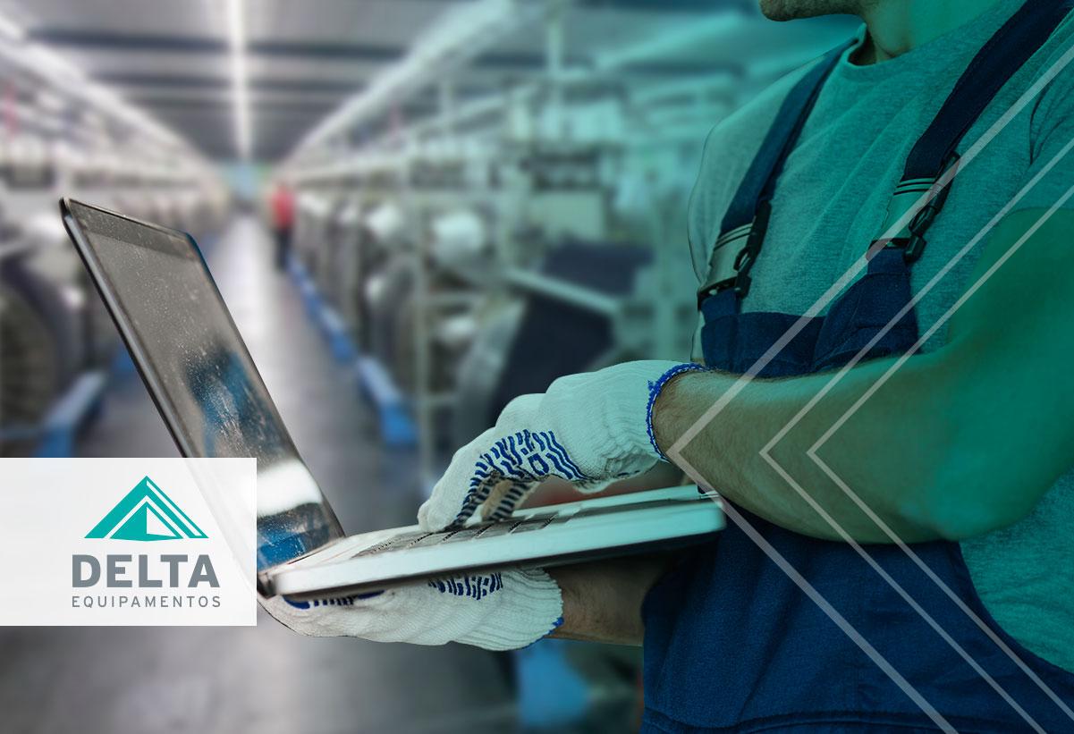 Avaliação do controle de qualidade sendo realizada em uma confecção têxtil.