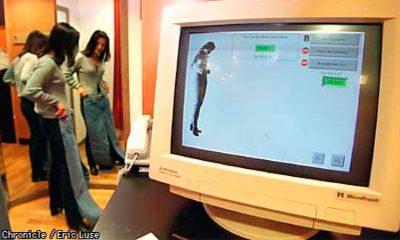 Pessoa provando calça da Levi's, deixando clara a opção da empresa em atender a demanda pela personalização em passa..